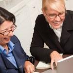 femmes d'affaires travaillant sur l'ordinateur portable — Photo