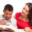 Spaanse moeder en zoon studeren — Stockfoto