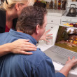Couple Using Laptop with Cabin on Screen — Φωτογραφία Αρχείου