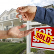 Handing Over the House Keys and Home — Stock Photo