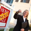 Real-Estate Agent Handing Over Keys — Stockfoto