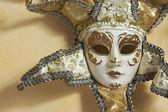 Vacker venetiansk mask på ljus gul vägg — Stockfoto