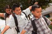 Latino kinderen lopen naar school — Stockfoto