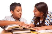 西班牙裔美国人的哥哥和姐姐学习 — 图库照片