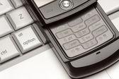 Streszczenie telefon komórkowy na laptop makro — Zdjęcie stockowe