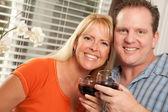 Mutfakta şarap içmeye kaç — Stok fotoğraf