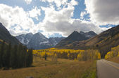 Road to Maroon Bells and Maroon Lake in Aspen Co — Stock Photo