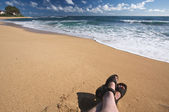 Man Relaxes on Tropical Shoreline on Kauai, Hawa — Stock Photo