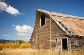 Rustic Barn Scene with Deep Blue Sky and Clouds — Stock Photo