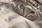 десантник военная медаль на камуфляж — Стоковое фото