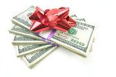 Haufen geld mit bogen isoliert am pfingstmontag — Stockfoto