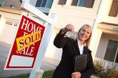 Real-Estate Agent Handing Over Keys — Stock Photo