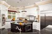 Krásná vlastní kuchyň interiér — Stock fotografie