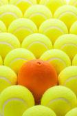 Zestaw nowych piłek tenisowych i pomarańczowy — Zdjęcie stockowe