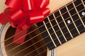 Gitar telleri kırmızı kurdele ile — Stok fotoğraf