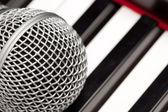 Microfoon opleggen van electronische toetsenbord — Stockfoto