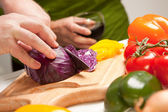 Man Slicing Vegetables on Cutting Board — Stock Photo