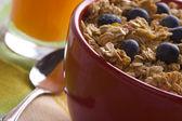 Tigela de granola, frutas e suco — Fotografia Stock