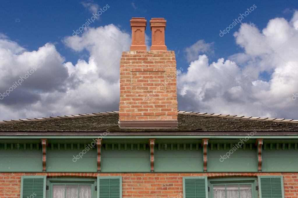 Fachada casa cl sica foto de stock 2351227 depositphotos for Fachada casa clasica
