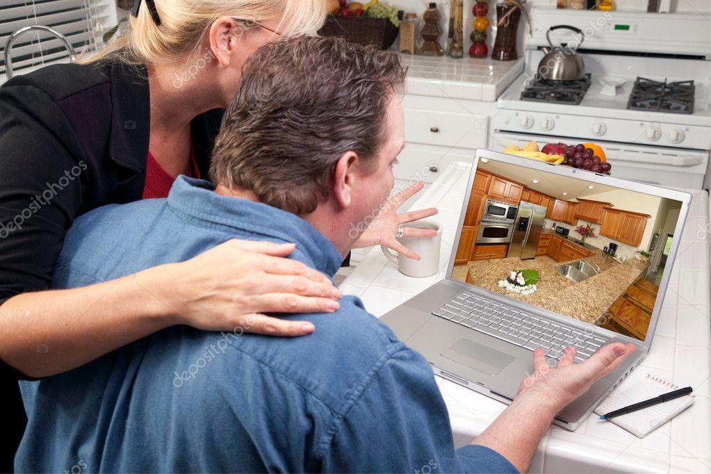 Couple dans la cuisine utilisez ordinateur portable la - Couple faisant l amour dans la cuisine ...