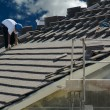 Roofer Laying Tile - Stockfoto