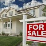 casa para venda assina na frente da casa — Foto Stock