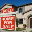 vendido casa para venda assina na frente da casa — Foto Stock