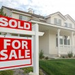 venduto casa per segno di vendita nella parte anteriore della casa — Foto Stock