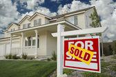 Venduto casa per vendita segno e casa nuova — Foto Stock