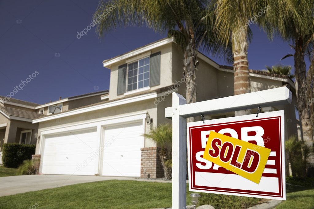 Red Sold For Sale Real Estate Sign in Front of House. — Stock Photo #2367838