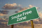 Smoke Free Zone Green Road Sign In Front — Stock Photo