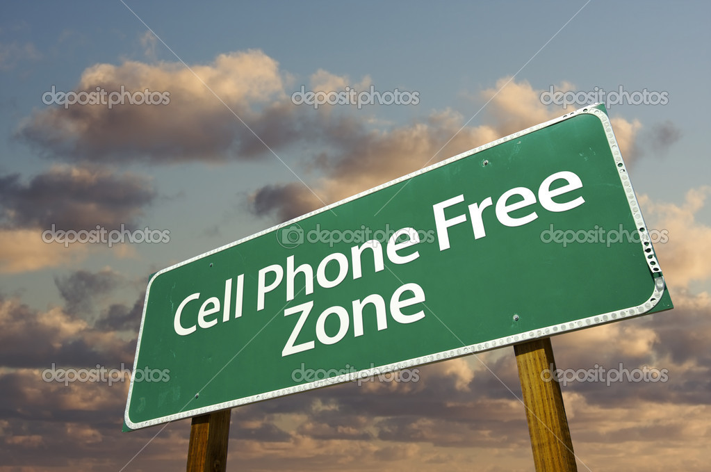 Cell Phone Free Zone Green Road Sign In Front of Dramatic Clouds and Sky. — Stock Photo #2451527