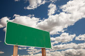 Blank Green Road Sign on Blue Sky — Stock fotografie
