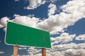 Mavi gökyüzü boş yeşil yol işareti — Stok fotoğraf