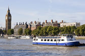 The Big Ben , houses and a boat in the river Tha — Stock Photo