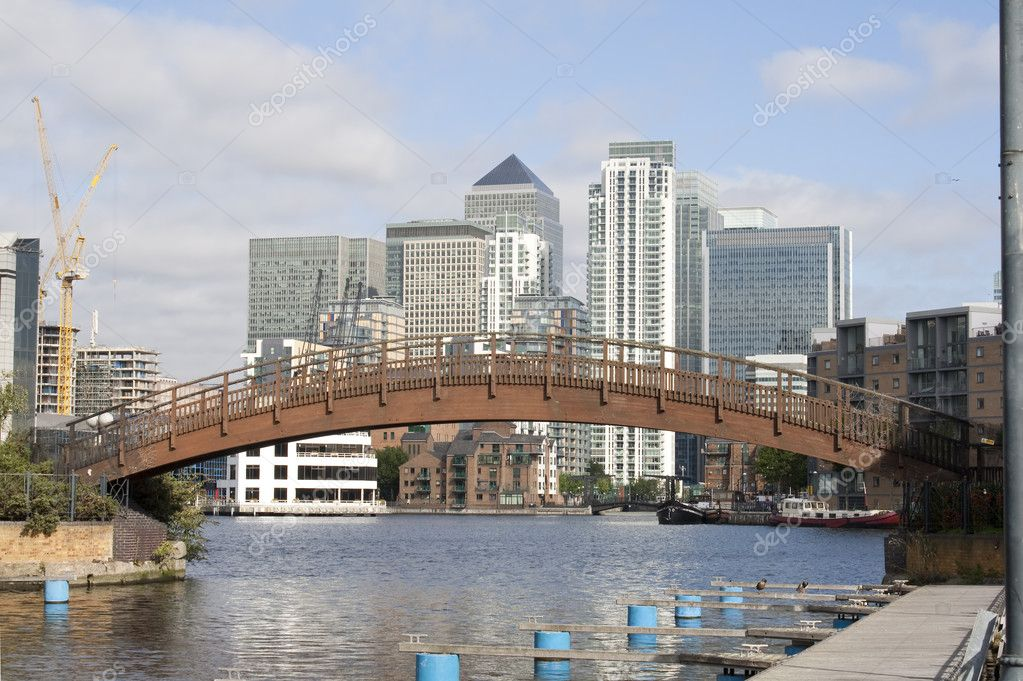 A view of Canary Wharf from the Isle of Dogs canals — Stock Photo #2337274