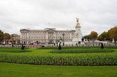 Buckingham palace and gardens — Stock Photo