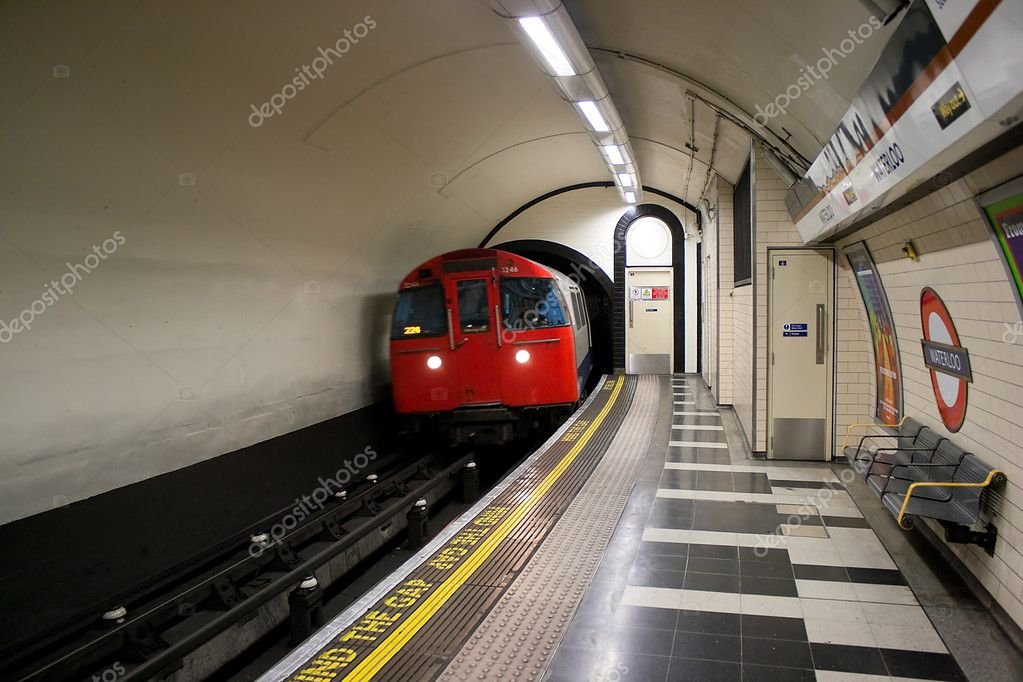 Frontal view of a train of the London Underground coming out of a tunnel in Waterloo station — Stock Photo #2349188