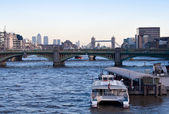 A boat in the river Thames with — Foto de Stock