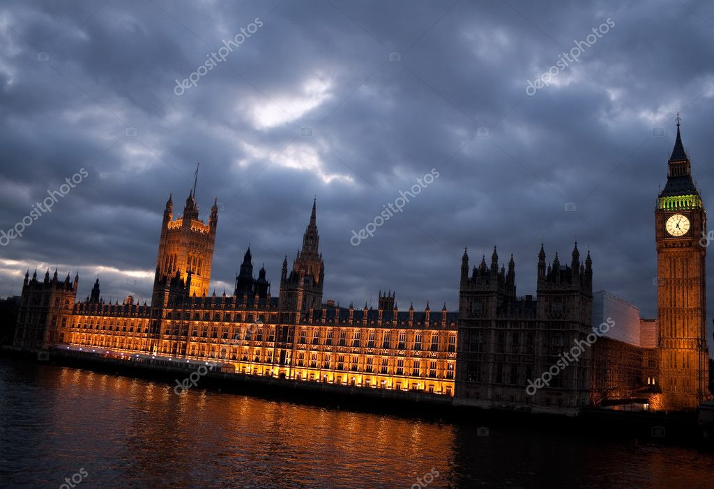 The Big Ben and the Houses of Parliament at dusk with a cloudy sky — Stock Photo #2366859