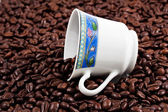 Coffee cup and fresh roasted coffee — Stock Photo