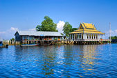 Floating House and temple on the Tonle sap lake, — Stock Photo