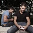 Gelukkig mannen texting op hun mobiele telefoons — Stockfoto