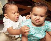Dvě mladé děti zblízka — Stock fotografie