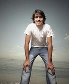 Junger mann am strand — Stockfoto