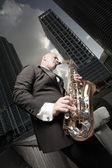 Uomo che suona il sassofono downtown — Foto Stock