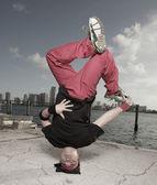 Człowiek wykonuje headstand breakdance — Zdjęcie stockowe