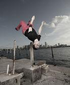 Adam açık bir flip gerçekleştirme — Stok fotoğraf