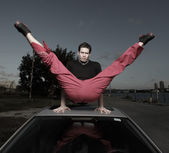 Man performing an acrobatic split — Stock Photo