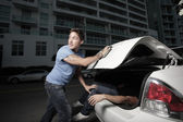 Man hiding his murder victim in the trunk — Stock Photo